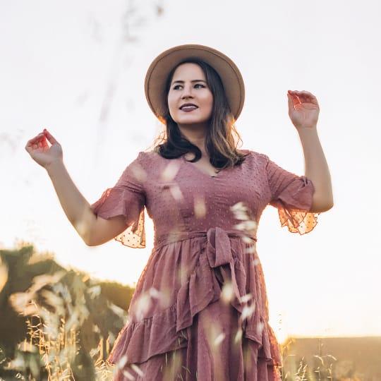 Camila com vestido rosa