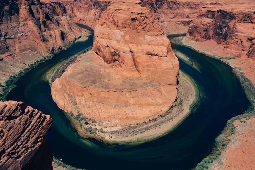 Sobre o Rio Colorado, no Arizona, esse é um dos pontos mais conhecidos e fotografados da região. Saiba mais sobre no link! #Arizona #DicasdePasseios