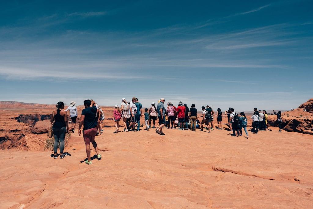Turistas no Horseshoe Bend. Saiba mais sobre esse lugar no link! #HorseshoeBend #Arizona #RioColorado