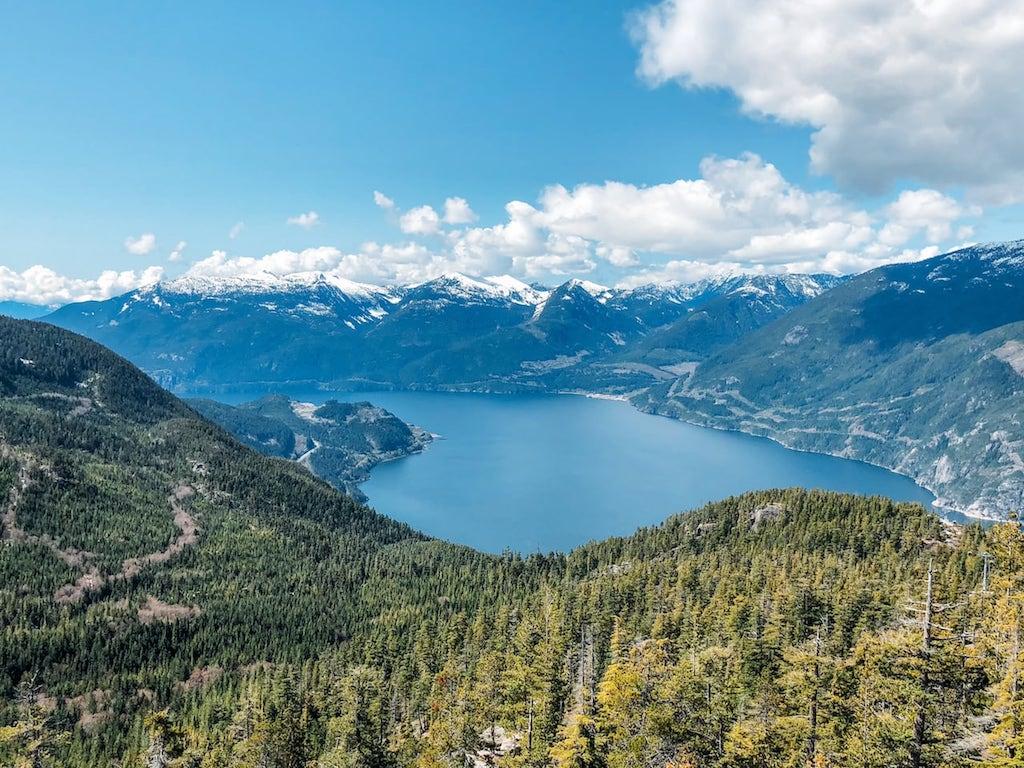 Vista do mirante na Sea to Sky Gondola!Lugar incrível nos arredores de Vancouver, vale muito a visita! Saiba tudo sobre esse passeio, clique para ler! #SeaToSky #Gondola #DicasDePasseio #Vancouver