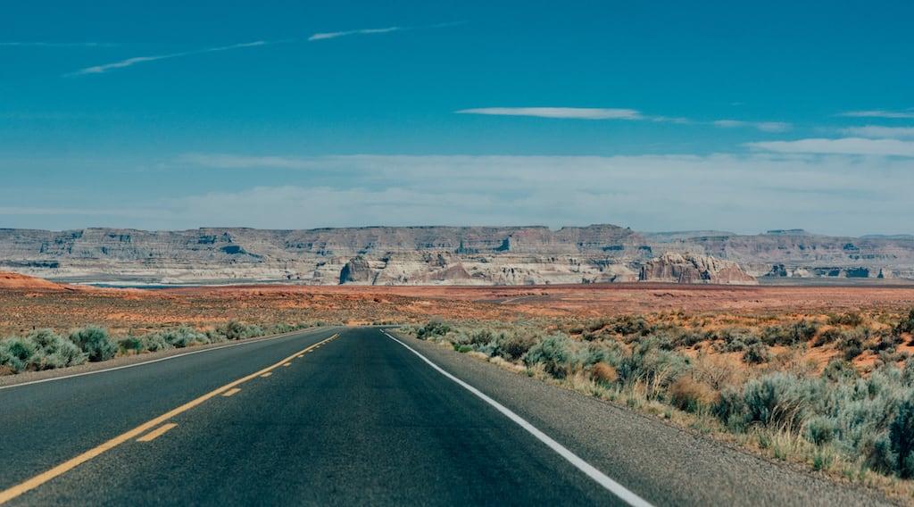 Estrada no Arizona, a caminho de uma das mais famosas atrações desse estado Americano! Saiba mais sobre esse passeio clicando no link! #Arizona #RoadTrip #DicasdeViagem