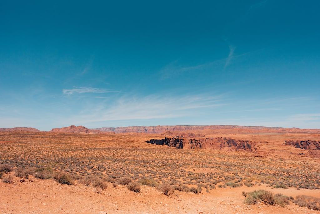 Sobre o Rio Colorado, no Arizona, o Horseshoe Bend é imenso e belo. Saiba mais sobre esse lugar no link! #HorseshoeBend #Arizona #deserto