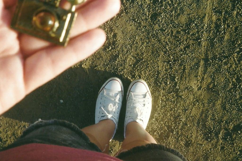 pés e um pedaço da mão com pingente.