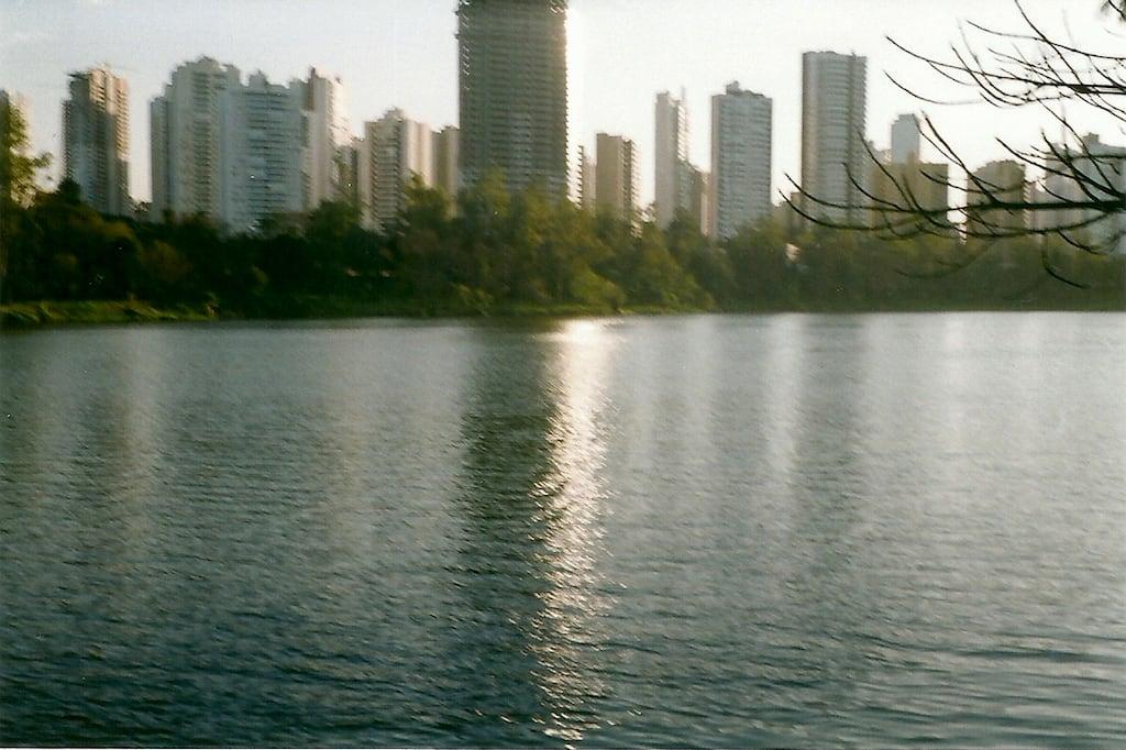 prédios e lago tremidos.