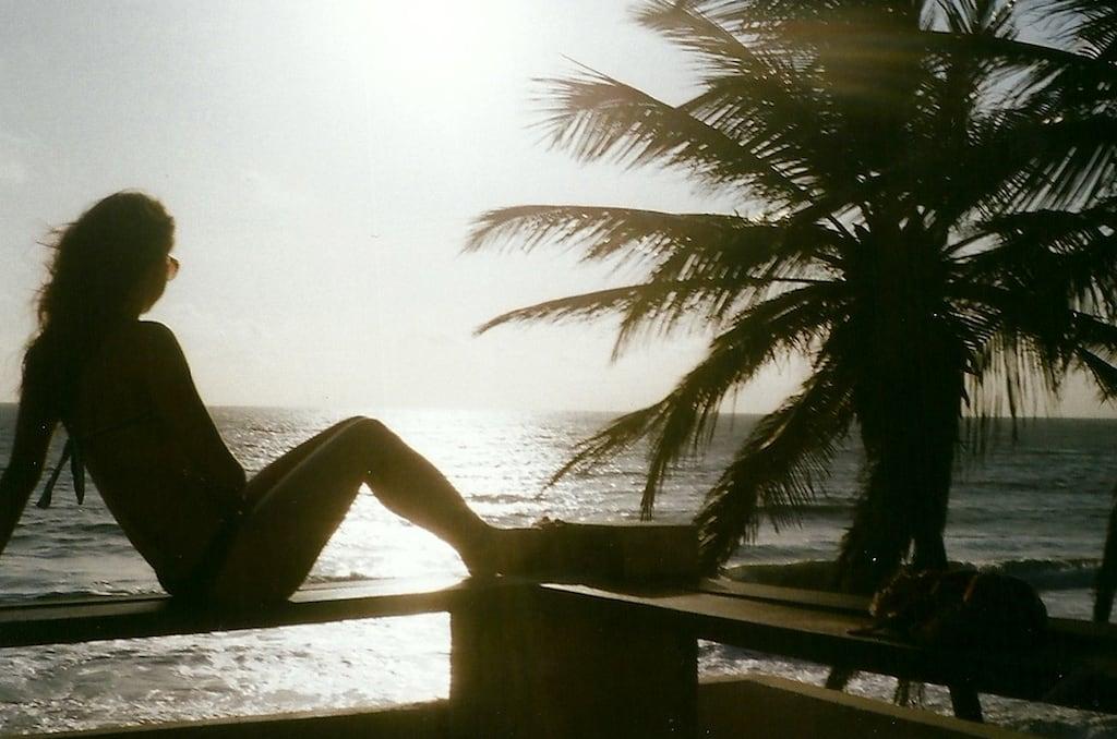 Garota sob o sol na praia