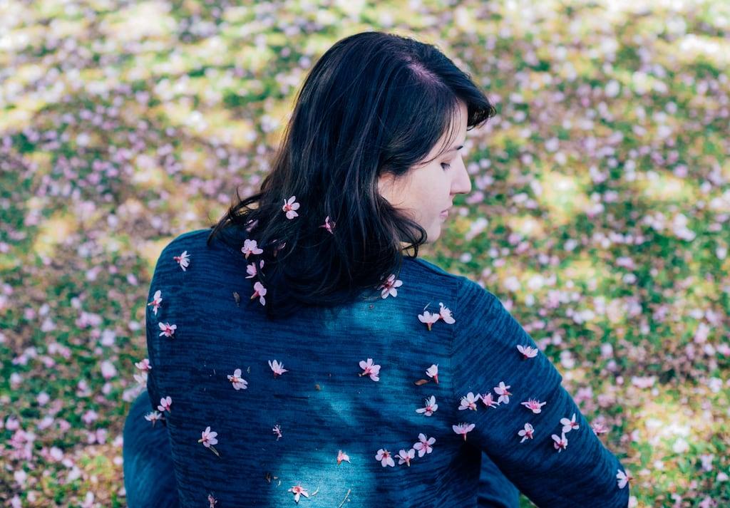 Cercada de flores! Veja mais fotos de como fica um icônico ponto turístico na florada das sakuras! Clique para ler! #dicasdepasseios