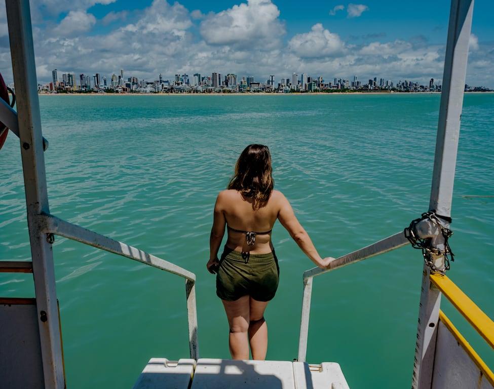 Vista da praia e dos prédios de dentro do catamarã, ao fazer o passeio em João Pessoa!Saiba mais no link! #jampa