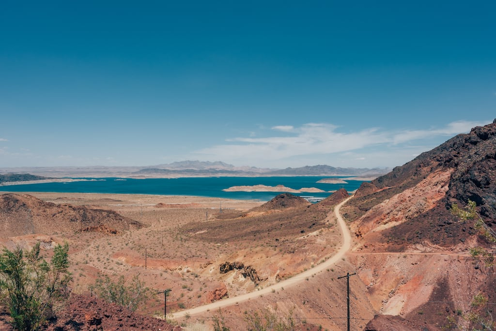 Lake Mead National Recreation Area, primeira parada na road trip saindo de Las Vegas para o Grand Canyon. #roadtrip #LasVegasparaGrandCanyon #view #landscape #fotografiadeviagem #travelphotography