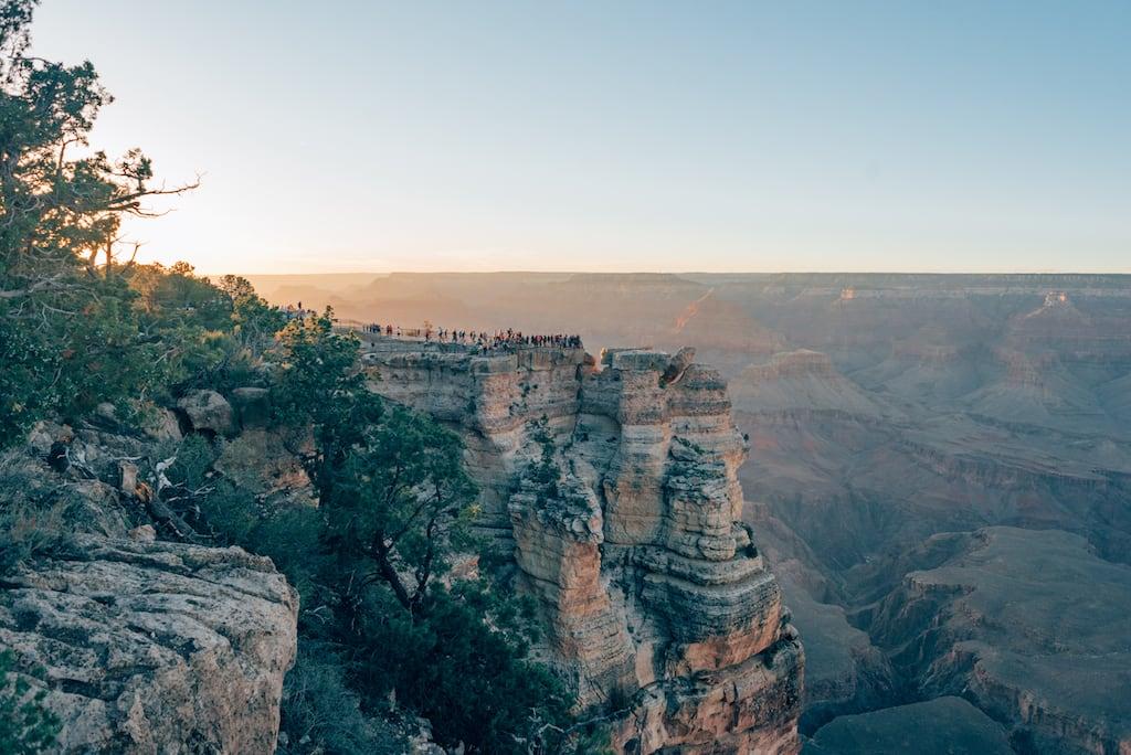 Turistas no Grand Canyon. Veja mais fotos no post! #GrandCanyon #fotografiadeviagem #imensidão #montanha