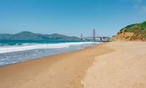 A bela Baker Beach em San Francisco proporciona uma bela vista da ponte Golden Gate. Veja mais fotos no post. #Goldegatebridge #SanFrancisco #BakerBeach
