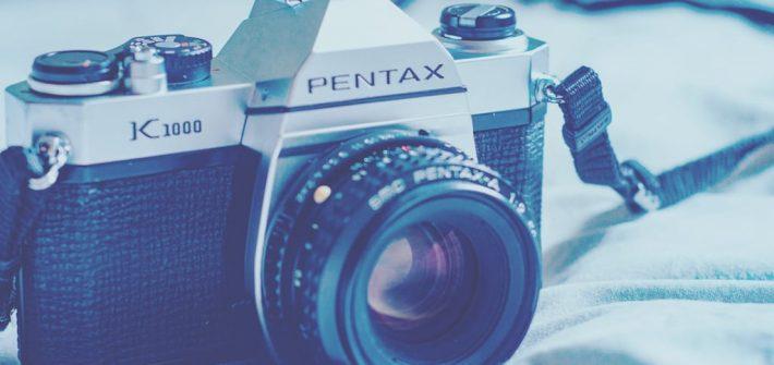 A Pentax K1000 é uma câmera excelente para se aprender fotografia. Com os comandos todos manuais, produz imagens de qualidade! venha aprender sobre seu funcionamento e ver fotos feitas com elas nesse post. Clique para ler! #PentaxK1000