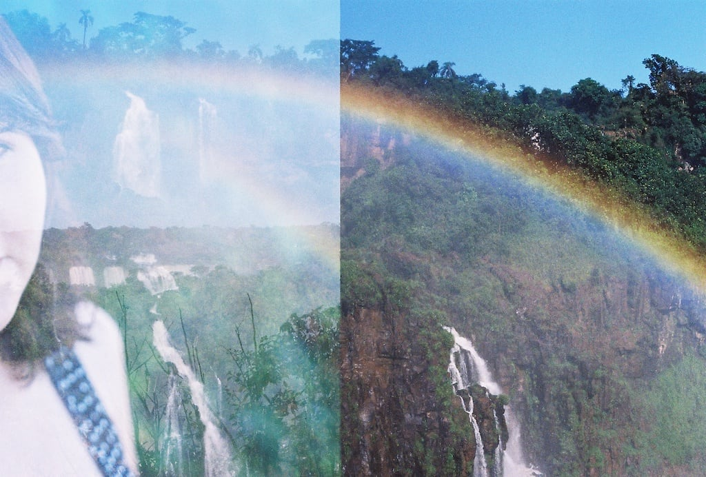 Tentativa de dupla exposição na Pentax K1000, uma SLR que usa filme 35mm. Veja as imagens que deram certo no site, clique para ler!