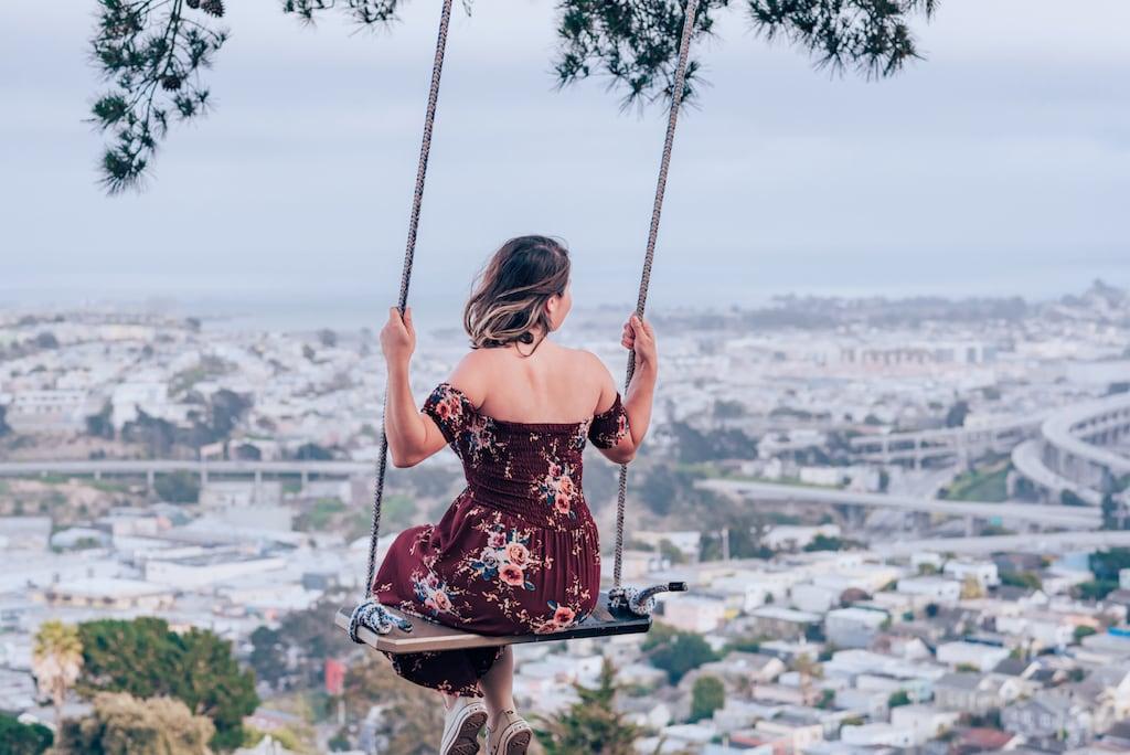 O Bernal Heights Park, em San Francisco, tem uma bela vista da cidade e um balanço muito fotogênico. Veja mais fotos no link! #SanFrancisco #DicasdePasseios #Balanço