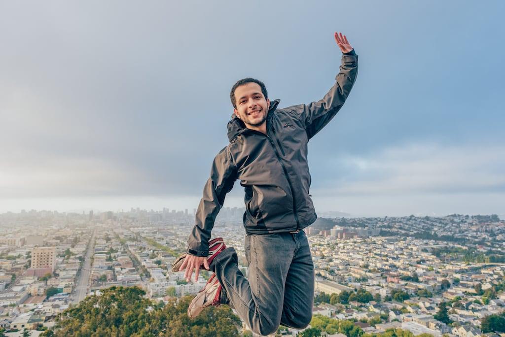 Saltando sobre a cidade!Venha ver muitas fotos do parque em Bernal Heights, uma das melhores vistas de San Francisco! Clique para ler.