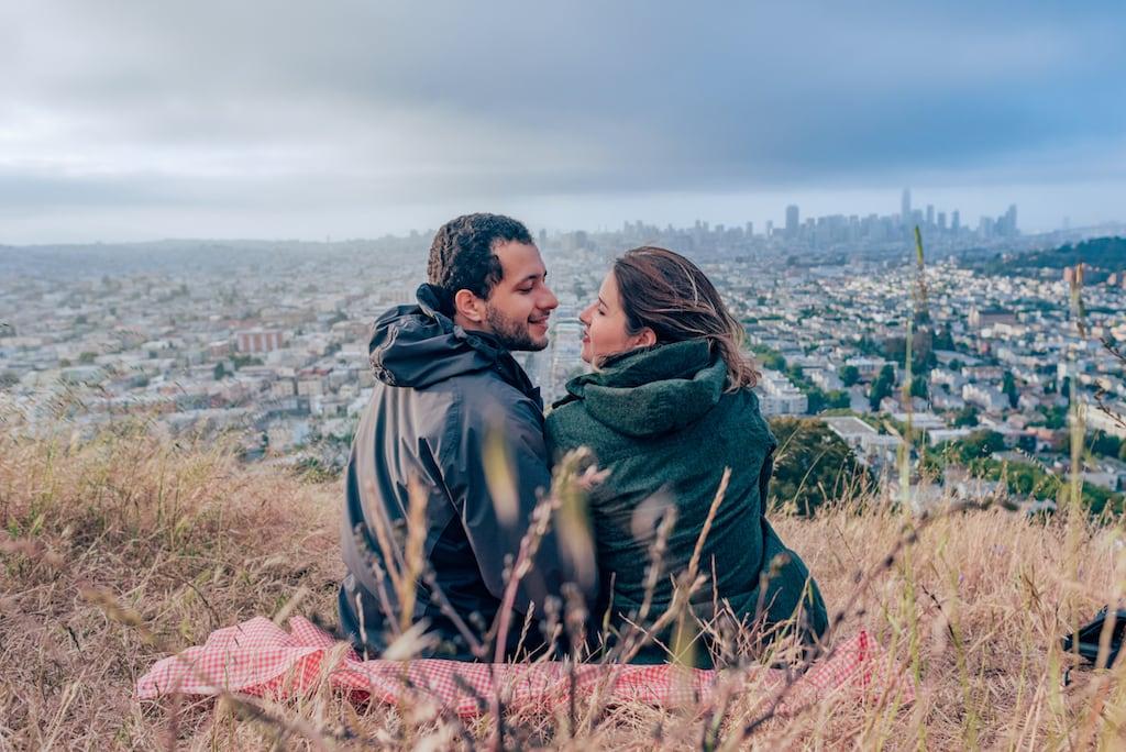 Observando as luzes da cidade se acenderem do topo de um morro em San Francisco. Veja mais fotos desse parque no blog! #DicasdePasseios