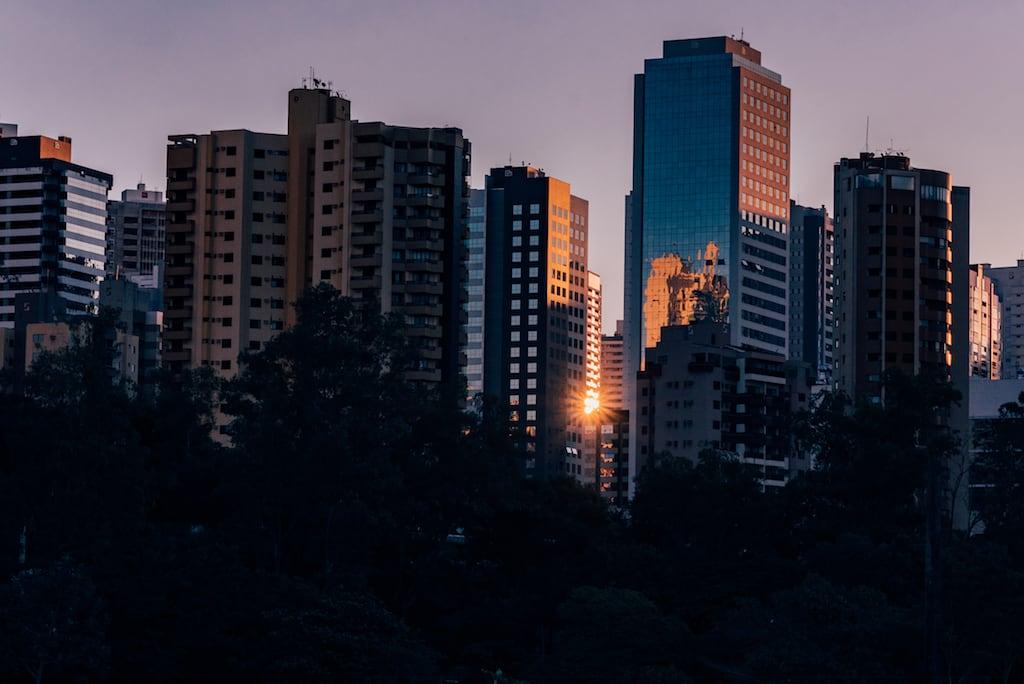 Prédios iluminados em Londrina. Essas construções se refletem nas águas do lago, formando uma bela paisagem. Veja mais fotos no link.