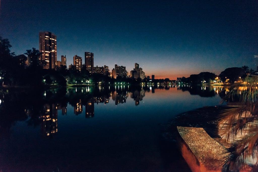 Lago Igapó a noite. Clique para ver mais fotos desse belo lugar em Londrina!