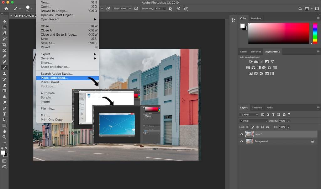 Passo 2 do tutorial: inserindo a imagem de céu azul sobre a foto original e invertendo as camadas. Veja o passo a passo completo no blog.