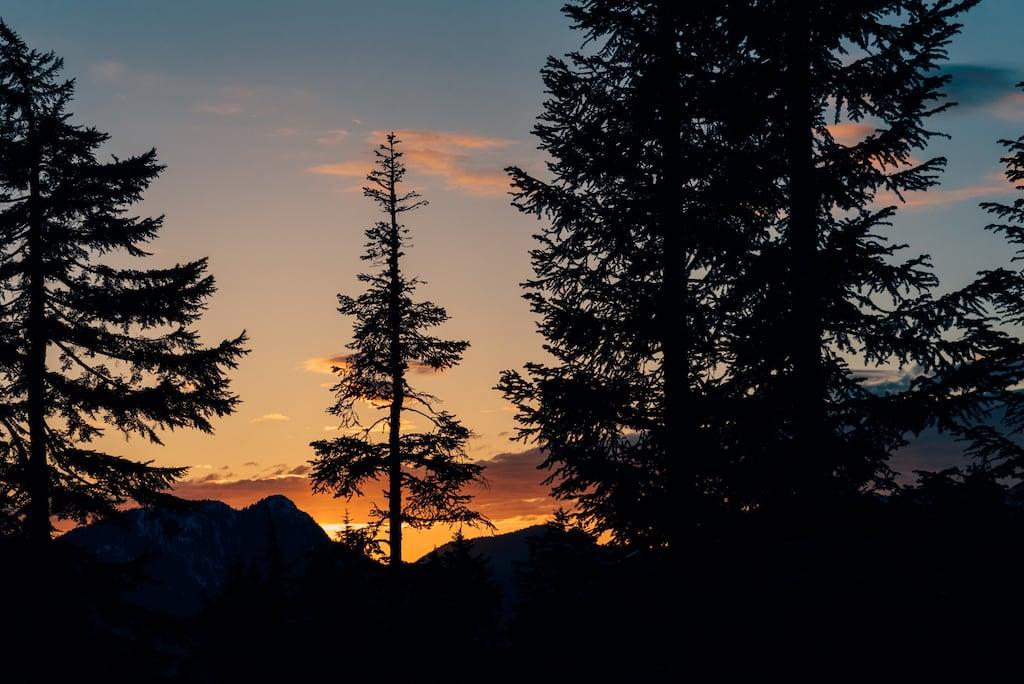 Pôr do sol no topo no alto da montanha. Nossa recompensa após duas horas subindo pela trilha íngrime chamada Grouse Grind. Veja mais fotos no blog!