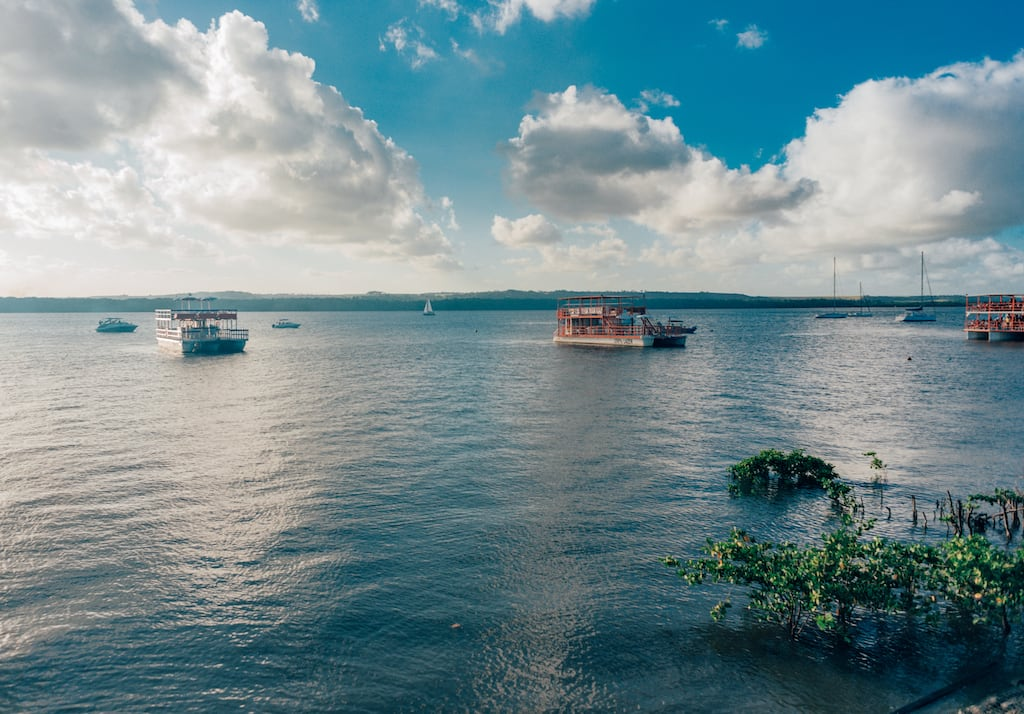Venha conhecer um dos passeios mais tradicionais de João Pessoa, o espetáculo no pôr do sol na Praia do Jacaré! #turismo #jampa #dicasdepasseios