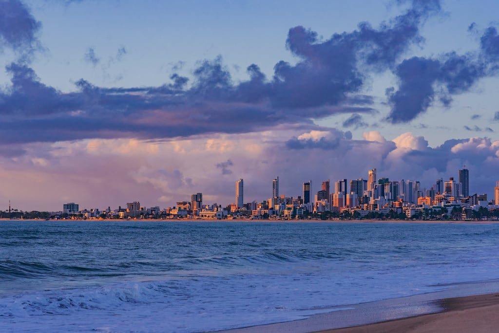 Os prédios iluminados pela bela luz da manhã na praia de Manaíra em João Pessoa. Veja mais fotos do nascer do sol na praia!