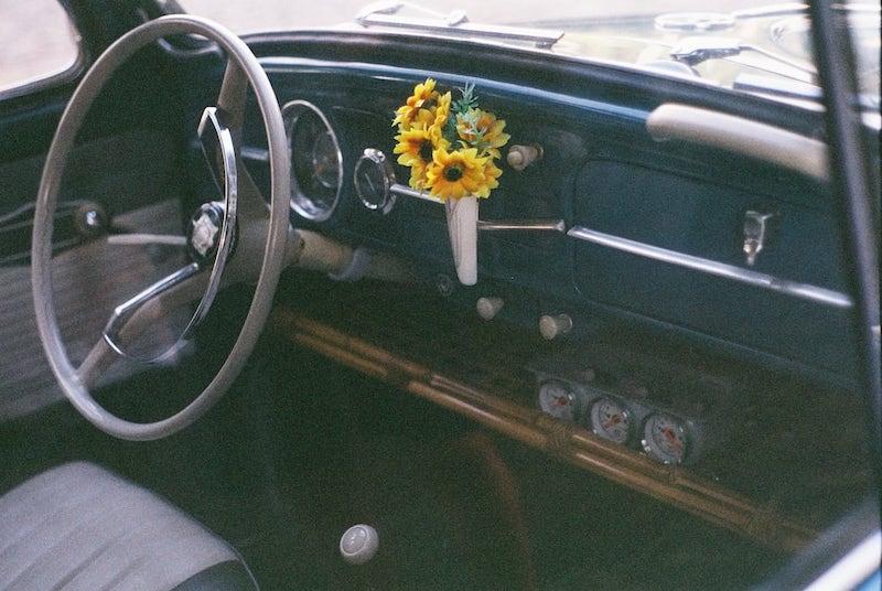 Fotografia analógica do interior de um fusca antigo. Veja mais desse filme no blog, clique para ler!