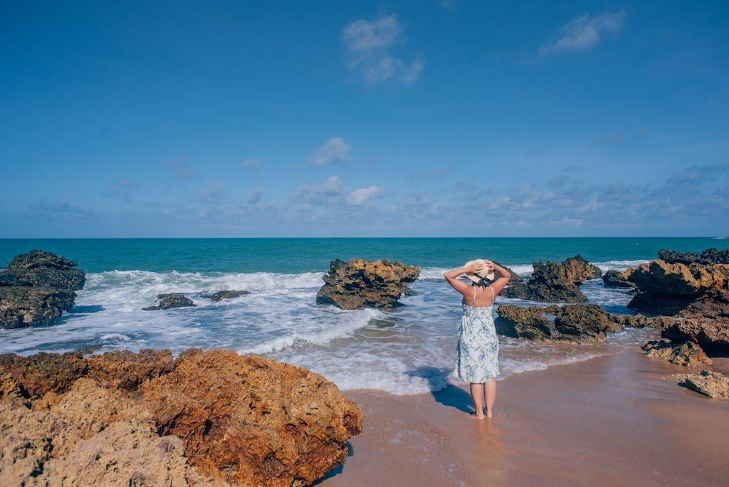 A praia de coqueirinho, localizada 35 km ao sul de João Pessoa, é um lugar belíssimo e tranquilo, ideal para toda família. Possui ótima estrutura de restaurantes, grande faixa de areia com muitos coqueiros e águas calmas e quentes. Conheça mais no post!