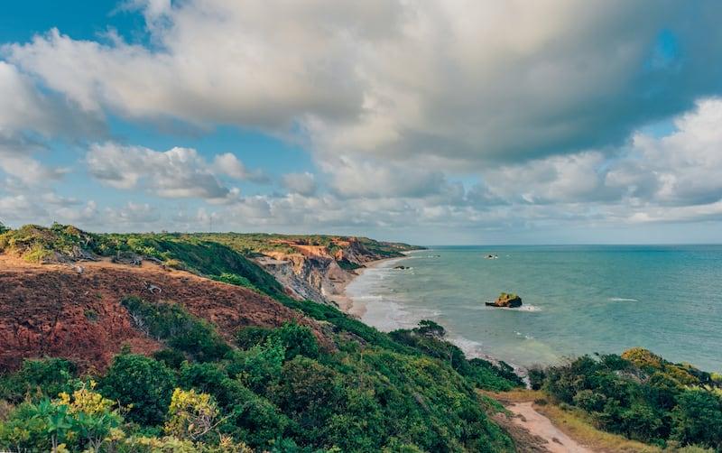 Uma linda vista, piscinas naturais e água quente? Saiba mais sobre esse lugar incrível no litoral sul de João Pessoa! #dicasdepasseios