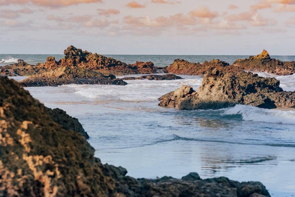 As formações rochosas dão um charme especial ao lugar! Mas atenção, há uma parte que só os corajosos podem entrar! Saiba mais no link!