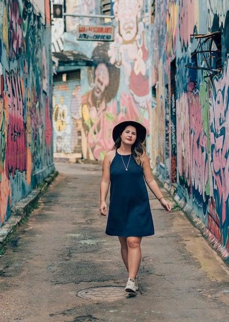 Admirando as artes no corredor do Beco da Codorna, em Goiânia! Clique para saber mais sobre o lugar!