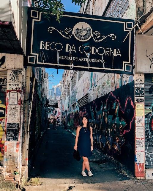 O Beco da Codorna é um museu de arte urbana localizado em Goiânia. O espaço conta com diversas obras em grafite e um bar, sendo ótimo cenário para fotos!