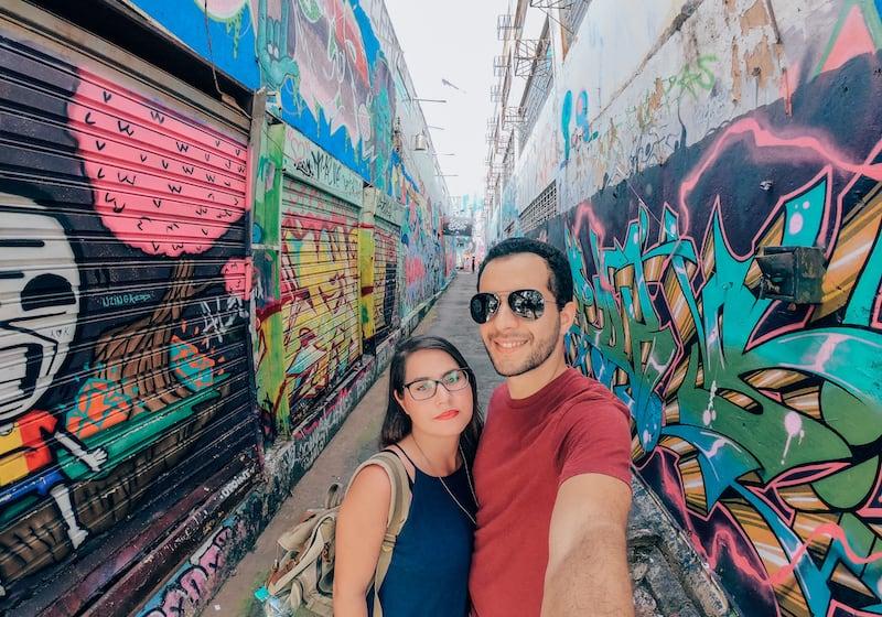 Corredor de entrada para um lugar colorido e belo em Goiânia!Clique para saber mais!
