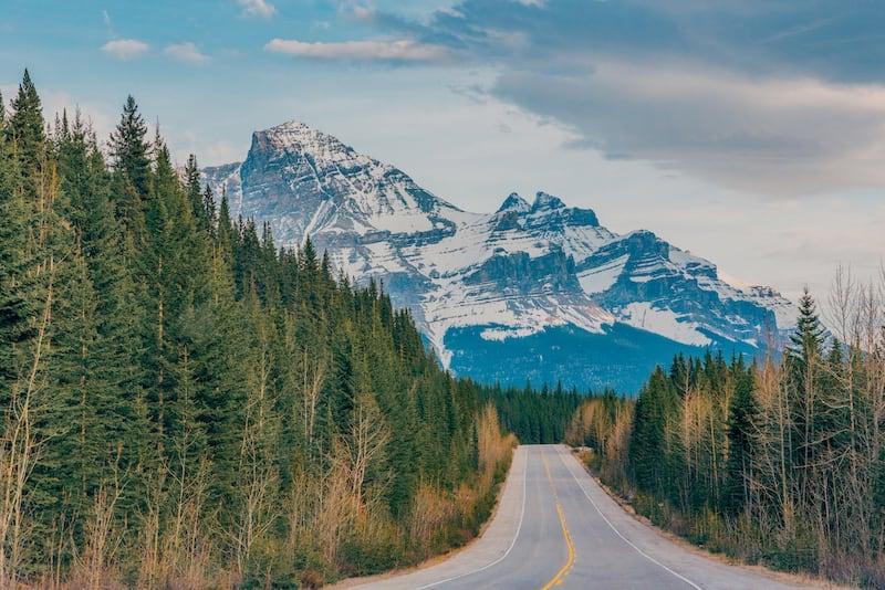As impressionantes paisagens que encontramos na viagem de carro pelas montanhas rochosas canadenses. Veja mais no post!