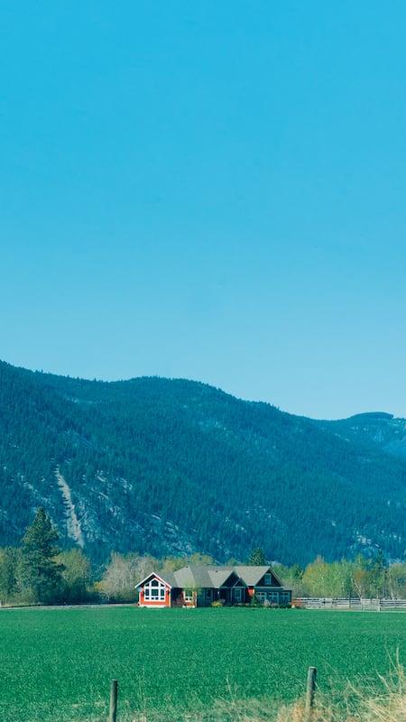 Uma fazenda no caminho de Vancouver até os parques nacionais de Jasper e Banff. Saiba nosso roteiro de 4 dias viajando de carro até as Rocky Mountains.