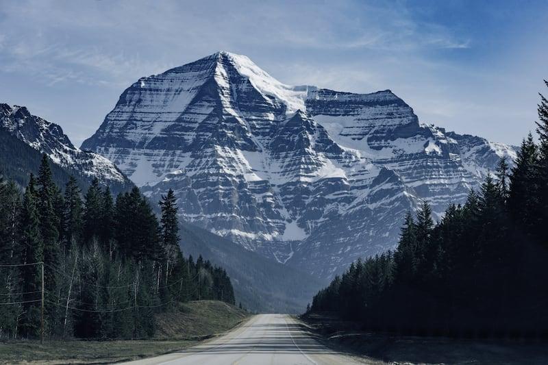 O Mount Robson, a mais alta montanha da parte canadense das montanhas rochosas. Veja nosso roteiro completo pelos parques, saindo de carro de Vancouver.