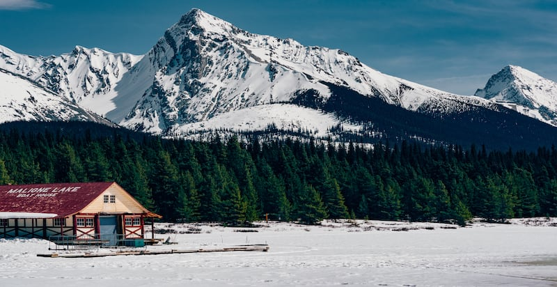 Maligne Lake congelado, paisagens deslumbrantes no nosso roteiro de carro, saindo de Vancouver em abril de 2018.