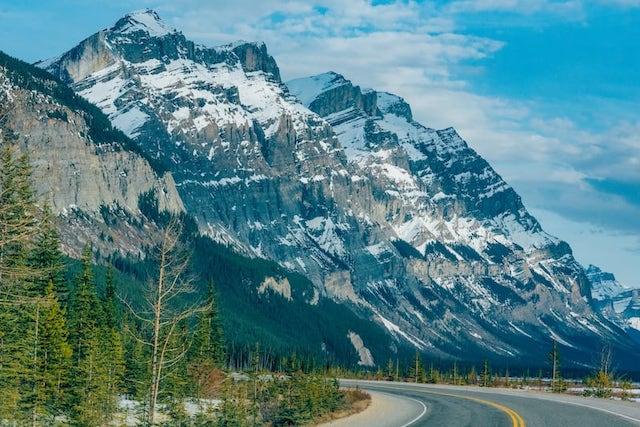 Paisagens da Icefields Parkway. Veja nosso roteiro completo de 4 dias pelas Rocky Mountains em abril, saindo de Vancouver.