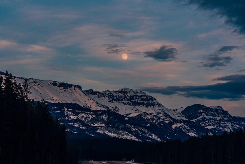 Nossa chegada em Banff durante a viagem pelas Rocky Mountains. Veja o roteiro completo no post!