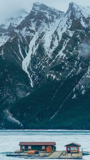 Lake Minnewanka congelado. Veja nosso roteiro completo pelas Rocky Mountains!