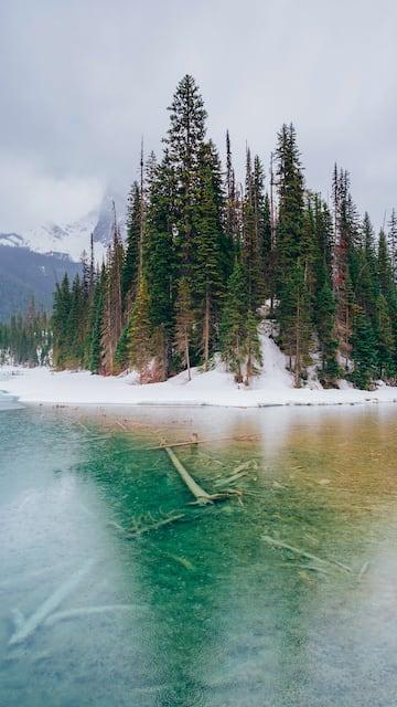 O Emerald Lake, um dos mais bonitos das Rocky Mountains. Saiba nosso roteiro completo saindo de carro de Vancouver, totalizando 4 dias de viagem.