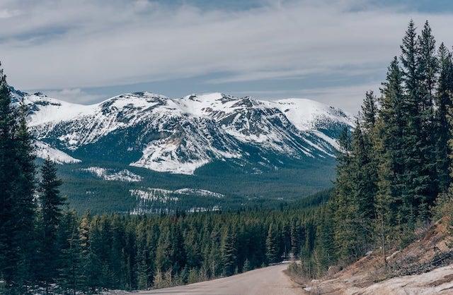 Estradas e montanhas é o que mais vemos ao conhecer as Rocky Mountains no Canadá. Veja mais imagens no link!