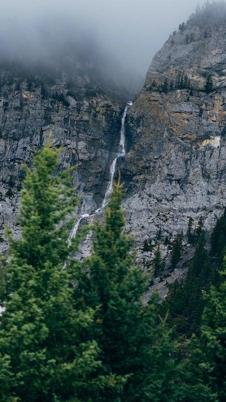 A água que escorre das montanhas chegas aos belos lagos das Rocky Mountains! Veja mais fotos de paisagens como esse no link.