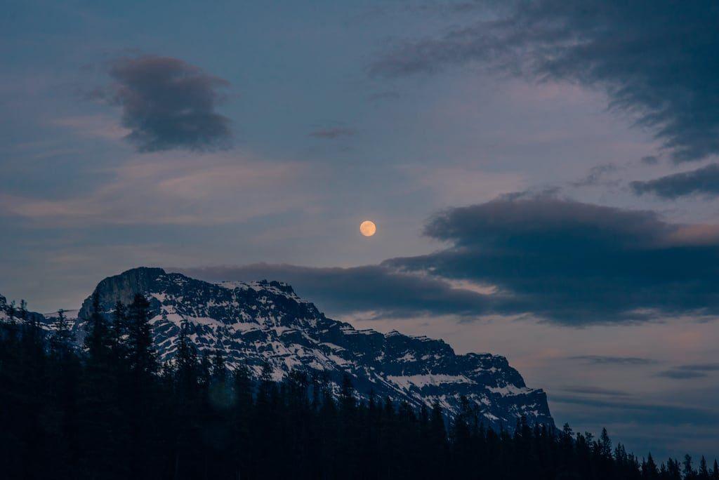 A Lua cheia no fascinou quando nos aproximávamos da cidade de Banff, no Canadá. Mais imagens desse inesquecível passeio no link.