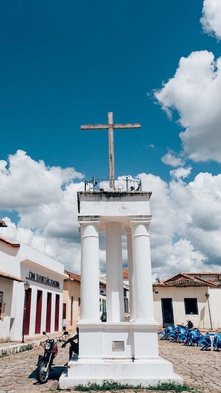 Cruz na cidade histórica.
