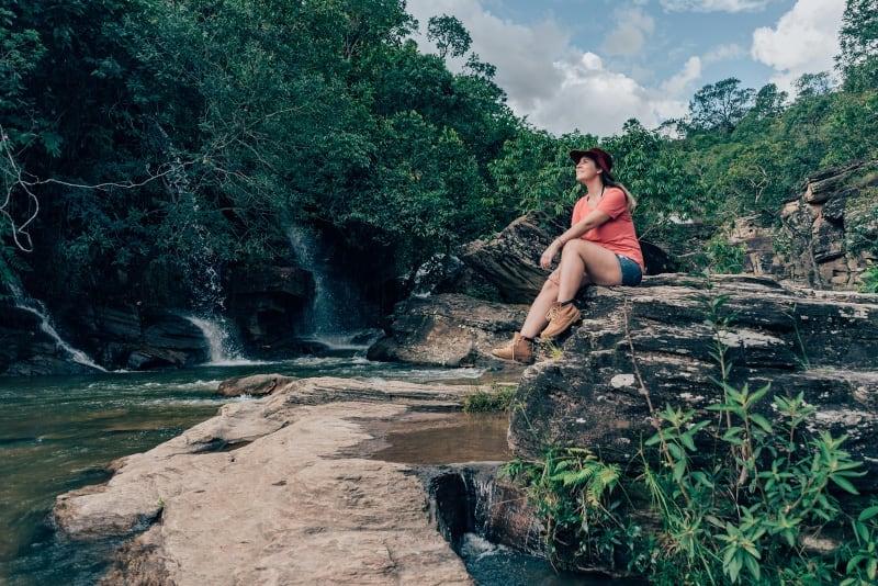 Imagem feita na Cachoeira da Usina Velha, uma das diversas atrações da cidade de Pirenópolis. Veja nosso roteiro de 3 dias explorando a região!