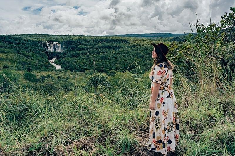 Vista para o Salto do Corumbá em Pirenópolis. Veja nosso roteiro de três dias nessa cidade cheia de belezas naturais e históricas!