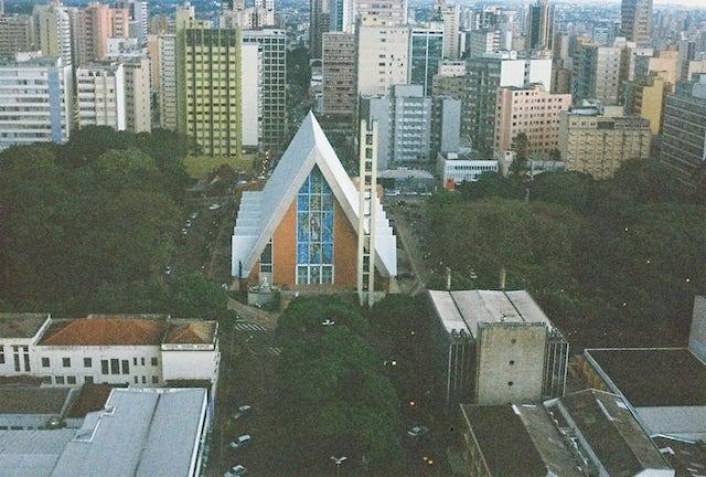 Catedral de Londrina, fotografia analógica feita com a câmera Olympus Pen EES-2 e filme Kodak UltraMax 400.