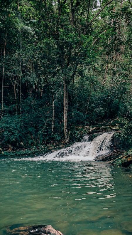 A cachoeira do Landí, localizada na reserva do Abade, um passeio imperdível em Pirenópolis-GO. Veja mais no link!