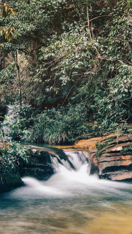Pequena queda na trilha do vale. Conheça esse passeio imperdível em Pirenópolis-GO! Clique para ler!