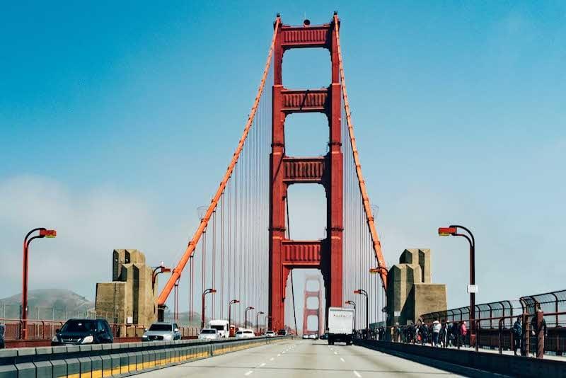 Cruzando a ponte Golden Gate de carro em San Francisco! Clique para ver mais deste passeio tradicional na cidade.